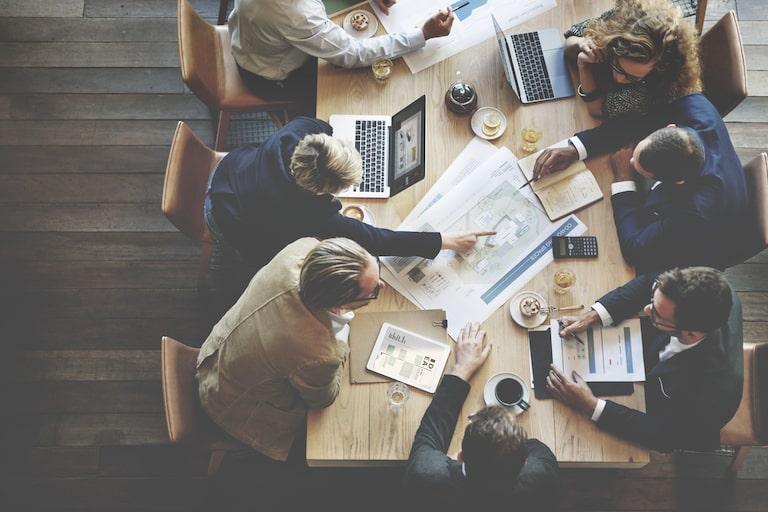 personale riunito attorno al tavolo: ecco come organizzare una riunione di lavoro efficace