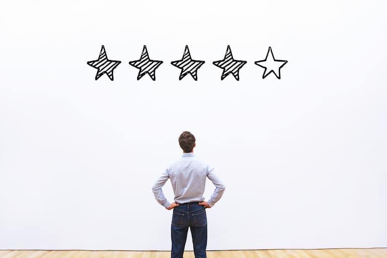 la reputazione aziendale: un uomo e il misuratore di qualità con cinque stelle