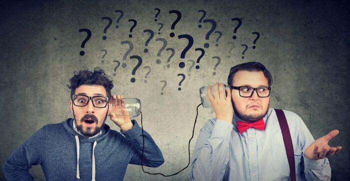 comunicazione interna ed esterna aziendale: immagine di due uomini che comunicano con il telefono senza fili