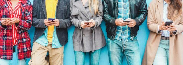 l'app aziendale: la soluzione ideale: gruppo odi persone che usano lo smartphone